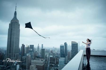 La cometa de 3.1 Phillip Lim vuela sobre Manhattan en el invierno 2014