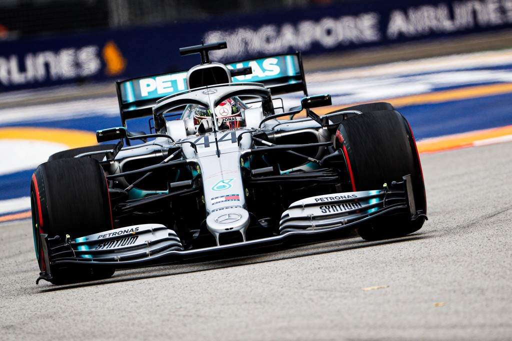 Lewis Hamilton se lleva la primera batalla contra Max Verstappen en Singapur