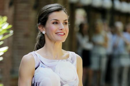 Doña Letizia sabe amortizar un estilismo y luce por séptima vez este vestido de Hugo Boss