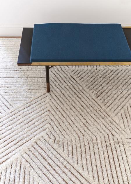 Las geometrías de los campos de cultivo de Sri Lanka se trasladan a las alfombras lavables y naturales de la serie Fields de Lorena Canals