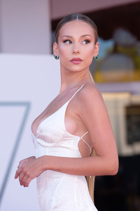 Ester Expósito destaca por su elegancia y su maxi coleta XXL en la primera alfombra roja del Festival de Cine de Venecia 2020
