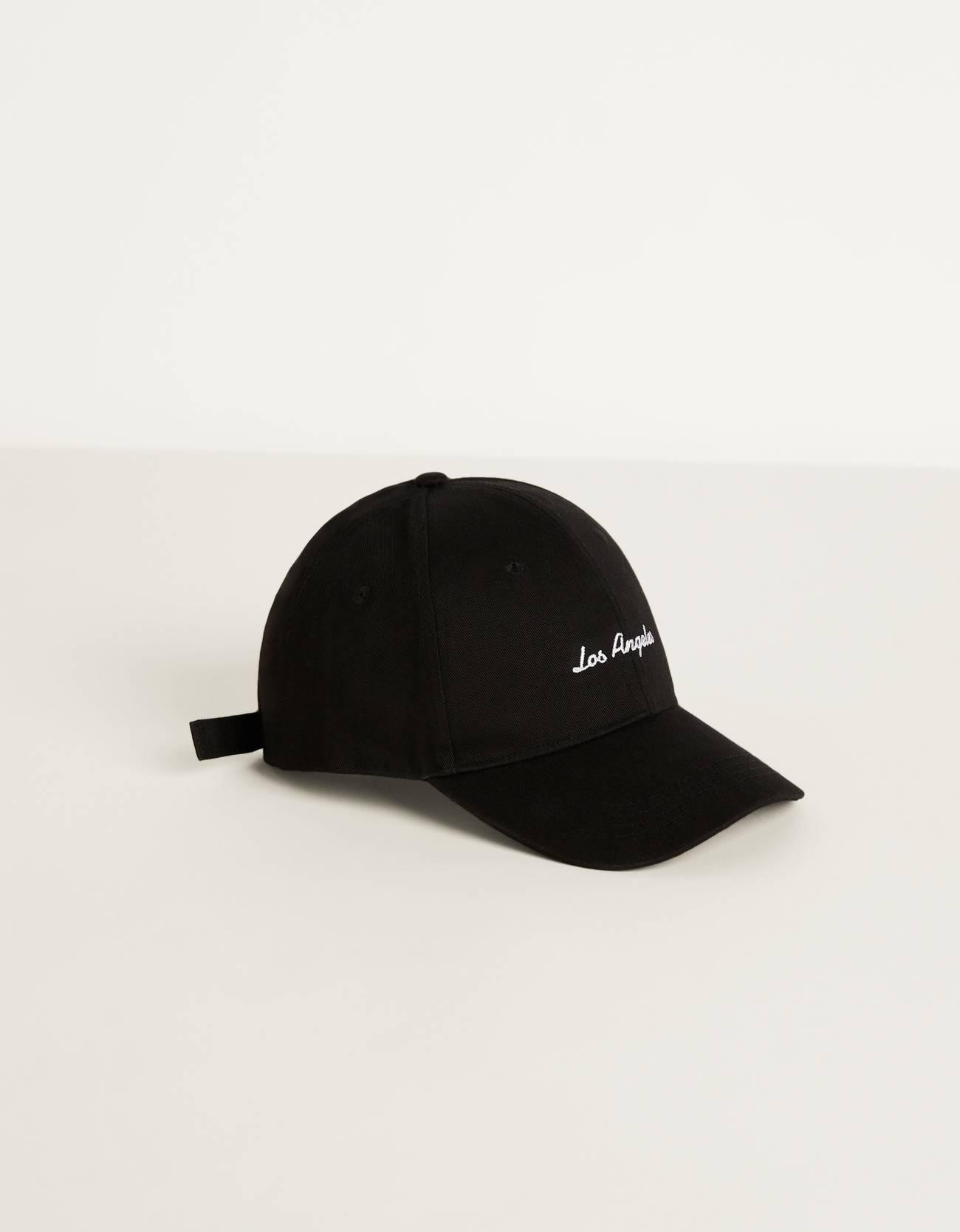 Gorra con bordado.