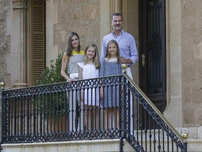 Doña Letizia Ortiz opta por un look marinero para el posado de la Familia Real 2017