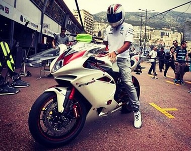 Lewis Hamilton y su MV Agusta F4 RR muy especial