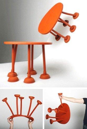 Una mesa con desatascadores como patas