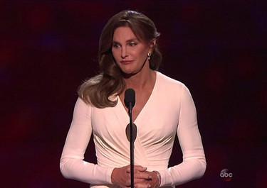 La valentía de Caitlyn Jenner se viste de blanco de Atelier Versace en un look para el recuerdo