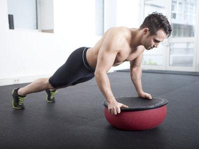 Si quieres un abdomen fuerte (y cuidar tu salud), ¡deja de hacer abdominales y entrena el core!
