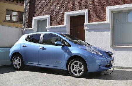Nissan LEAF 2010 azul recargando en Madrid