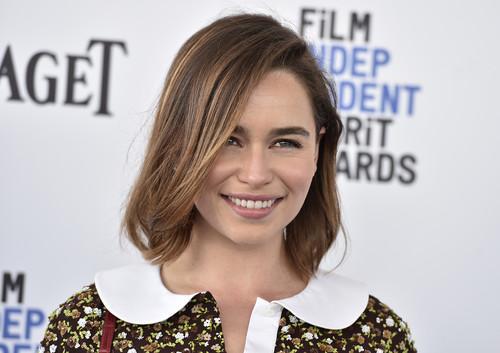 ¿Necesitas inspiración? Emilia Clarke nos enseña 7 maneras de lucir una melena midi esta primavera