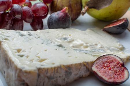 Gorgonzola Dolce Donde Se Aprecian Mejor Las Partes Blancas Que Las Azules