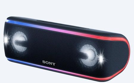 Este altavoz de Sony está pensado para el verano: es resistente al agua y se ilumina al ritmo de la música