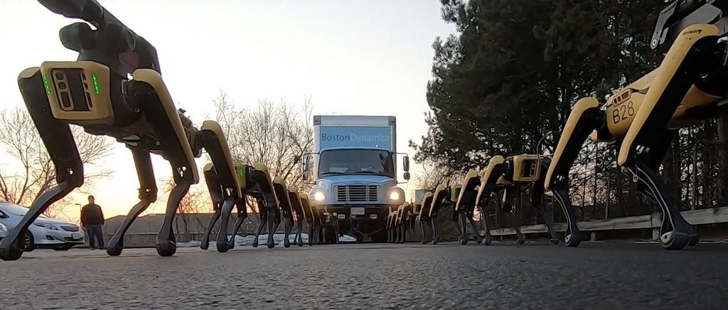 Boston Dynamics nos muestra que sus robots no sólo son hábiles, sino también fuertes: 10 SpotMini para remolcar un camión