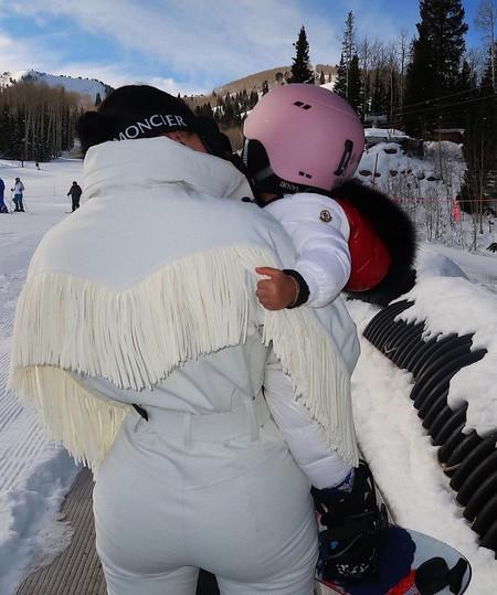Kylie Jenner marca tendencia hasta en la nieve: su traje de esquiar se ha viralizado y todas las chicas de moda lo llevan