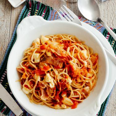 Espagueti con jitomate y jamón serrano. Receta sencilla de pasta