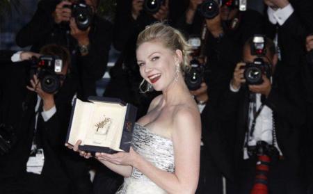 La alfombra roja con sus premios en la clausura del Festival de Cannes 2011