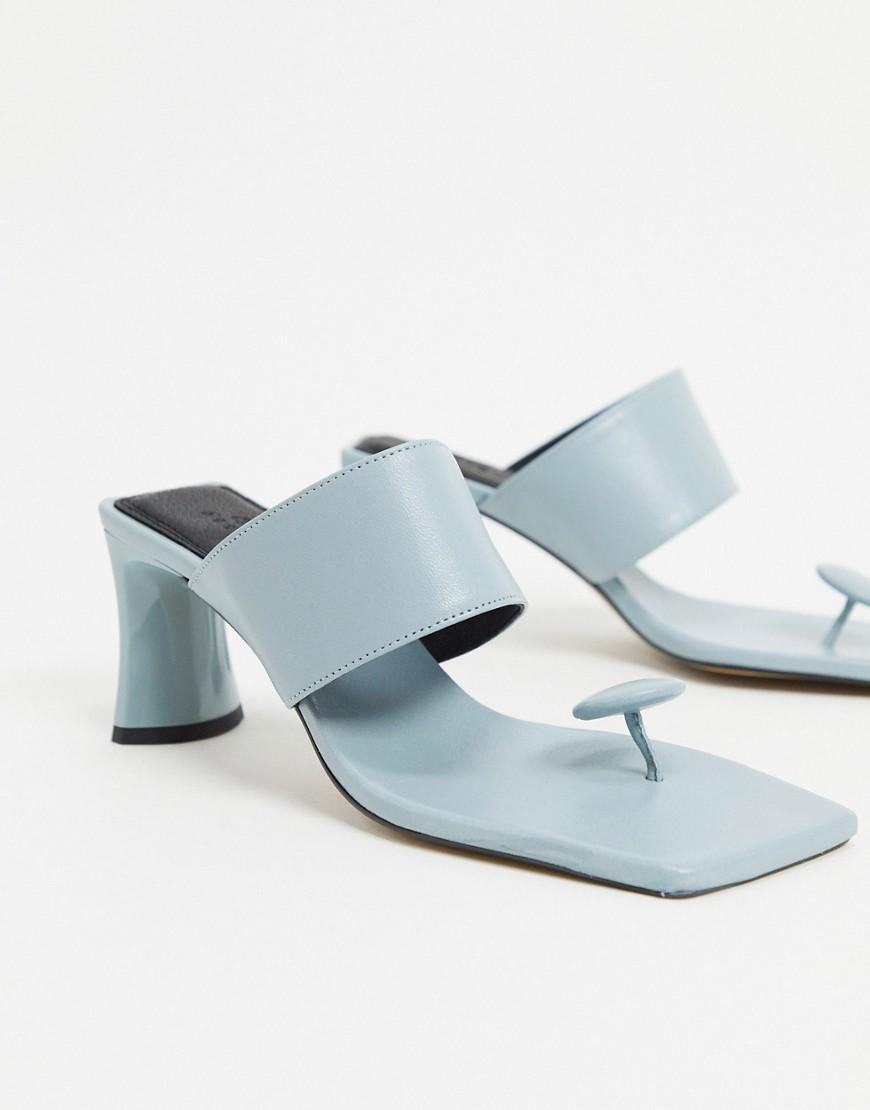 Sandalias de tacón medio de cuero con tira para el dedo.