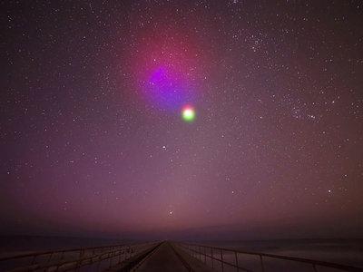 La NASA por fin consigue crear sus nubes de colores: así es como lucen las auroras artificiales