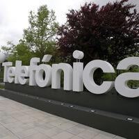 Telefónica logra su mayor beneficio neto de la historia y mejora sus previsiones para 2021