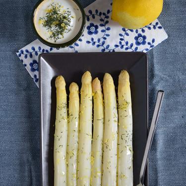 Espárragos blancos al vapor con salsa de yogur, limón y eneldo: receta sencilla para aprovechar su temporada