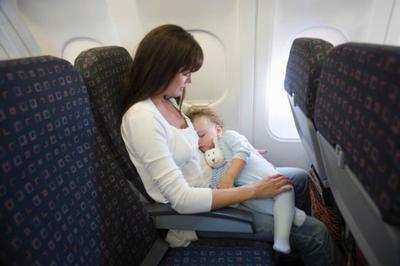 """Unos padres regalan al pasaje un kit de """"emergencia"""" por si su bebé molesta en el avión"""