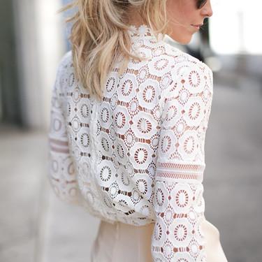 La importancia de tener a mano una blusa de crochet dentro del armario