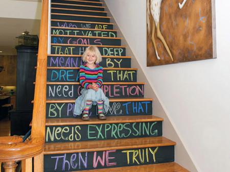 Escalera pintada con pintura de pizarra