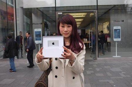 Apple le entrega su cheque de 10,000 dólares a Chunli Fu por haber descargado la aplicación 25,000 millones