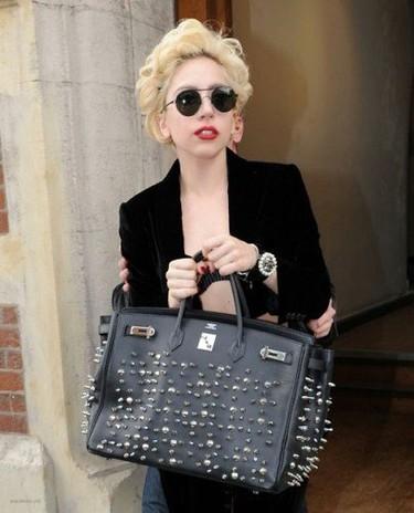 Customiza tu bolso como Lady Gaga hace con su Hermés. Te mostramos cómo.