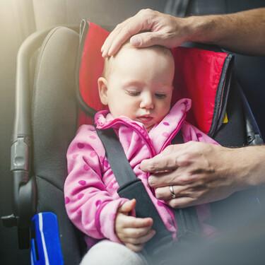 Cómo evitar que la cabeza del niño caiga hacia adelante o hacia el lado cuando se queda dormido en la silla del coche