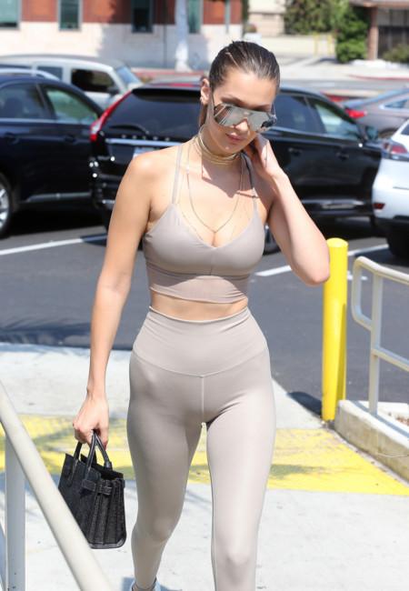 ¡Bella Hadid se inspirada en Kim Kardashian! A la compra con top y mallas de color nude y complementos de lujo
