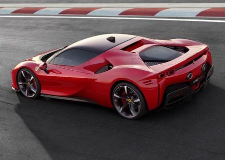 Ferrari SF90 Stradale es el primer coche híbrido enchufable de la Scuderia: 1.000 cv de potencia y llega a los 340 km/h