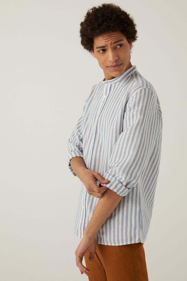 Camisa de manga larga, custom fit, en tejido de lino/algodón orgánico de rayas. Cuello tipo mao. Colección RECONSIDER.