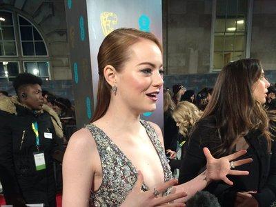 Emma Stone luce así de brillante en los Premios BAFTA 2017 ¡Un look sublime!