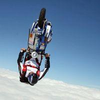 Este vídeo demuestra que el stunt se nos ha ido de las manos: acrobacias en Vespa en caída libre