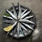 Llega la sardina de temporada: propiedades de un pescado barato, rico y fácil de hacer (y seis recetas para darle juego)