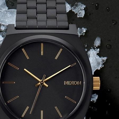 69e4384b49fa El reloj Nixon más vendido de todos los tiempos  ahora en oro y negro