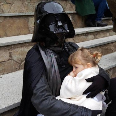 """""""Yo soy tu madre"""": la genial foto de una mamá Darth Vader amamantando a su hija de dos años"""