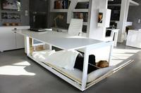 Una cama bajo la mesa de trabajo