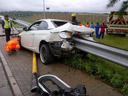 Dolorpasión™: El BMW 335i atravesado por un guardarraíl