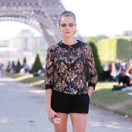 Cara Delevingne se planta los brillos y el moño en París
