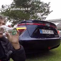 ¿Quiéres ver qué le pasa a este periodista que se bebe el agua del escape del Toyota Mirai?