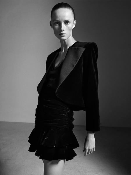 Esta chaqueta corta y de terciopelo de Zara será lo único que necesitas para brillar en Navidad al más puro estilo Saint Laurent
