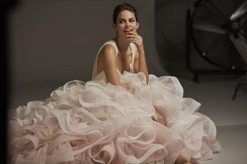 La colección 2020 de Pronovias tiene vestidos hasta la talla 64, diseños para embarazadas y looks muy arriesgados