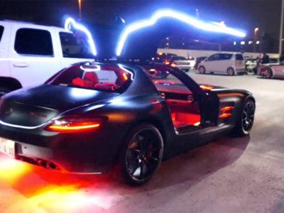 Esto es un Mercedes-Benz SLS AMG con más LED que un árbol de Navidad