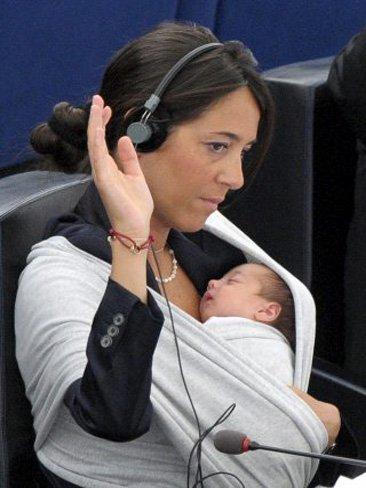 Al Parlamento Europeo con su bebé a cuestas