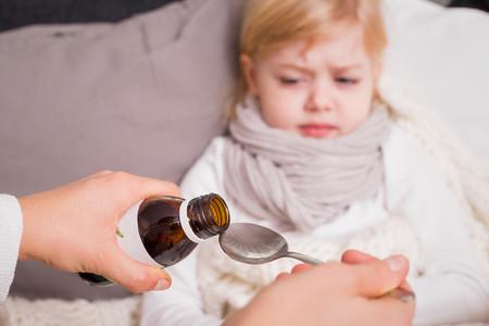 ¿Tu hijo no quiere tomar las medicinas? Te damos algunos consejos
