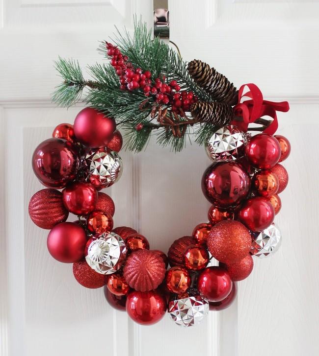 DIY; una corona sencilla y fácil de hacer con una percha y adornos navideños
