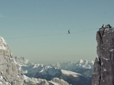 La nueva definición de miedo es caminar sobre una cinta a más de 2.800 metros de altura