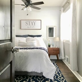 Antes y después: un pequeño, pero acogedor, dormitorio para invitados en azul, gris y blanco