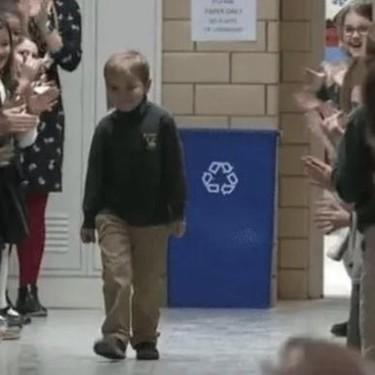 La conmovedora ovación que John, un niño de seis años, recibe de sus compañeros tras superar un cáncer